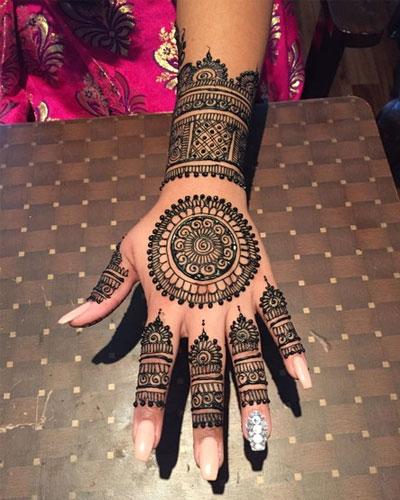 Backhand Round tikki Mehndi design